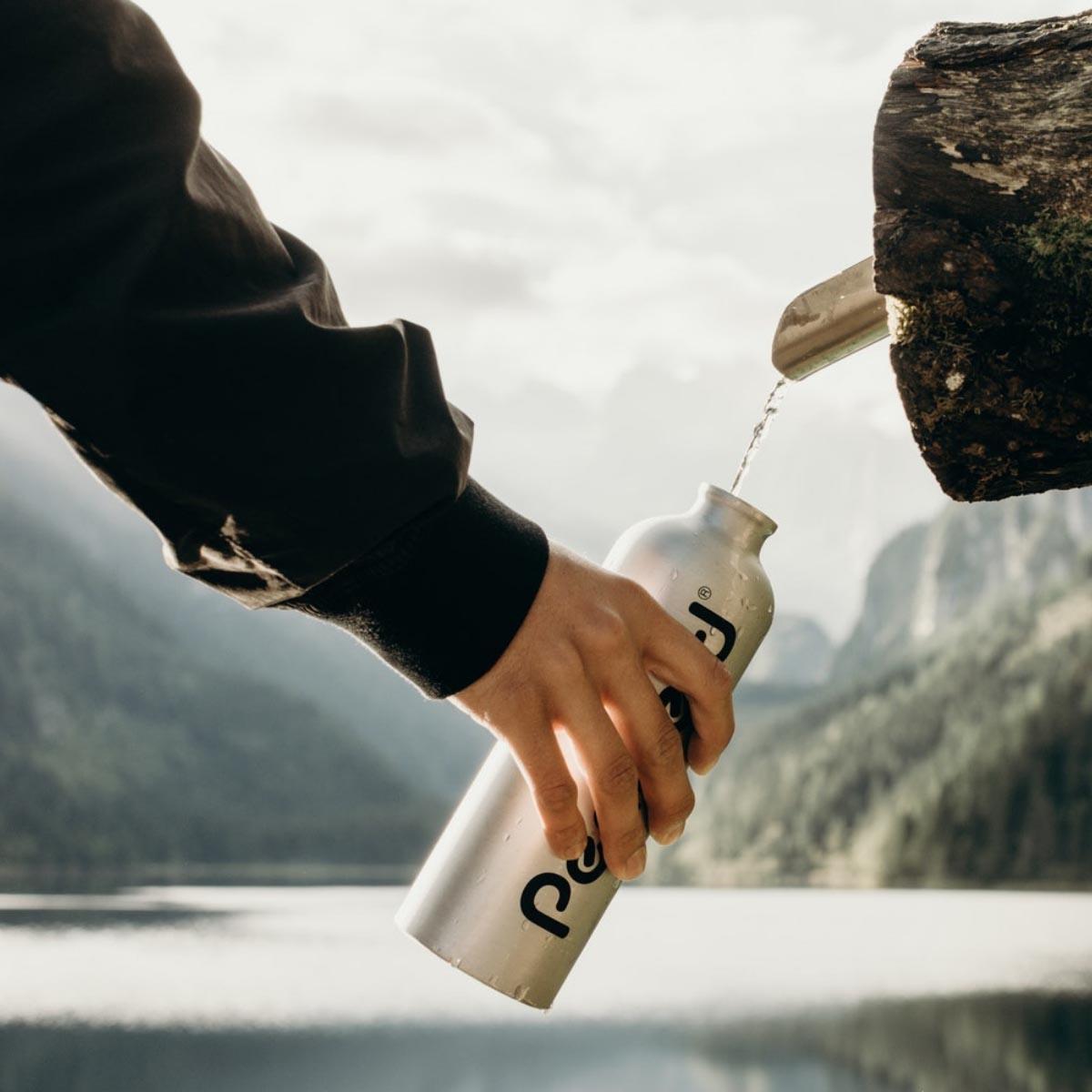 beber agua embotellada mineral